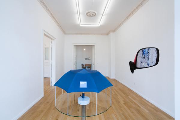 Umbrella Dryer (Goldman Sachs), 2017/2019 (detail), Umbrella, aluminum tubing, glass, motorized turntable, chrome table base, 127 x 91.5 x 91.5 cm, 50 x 36 x 36 inches, Installation view, Sweetwater, Berlin, 2019